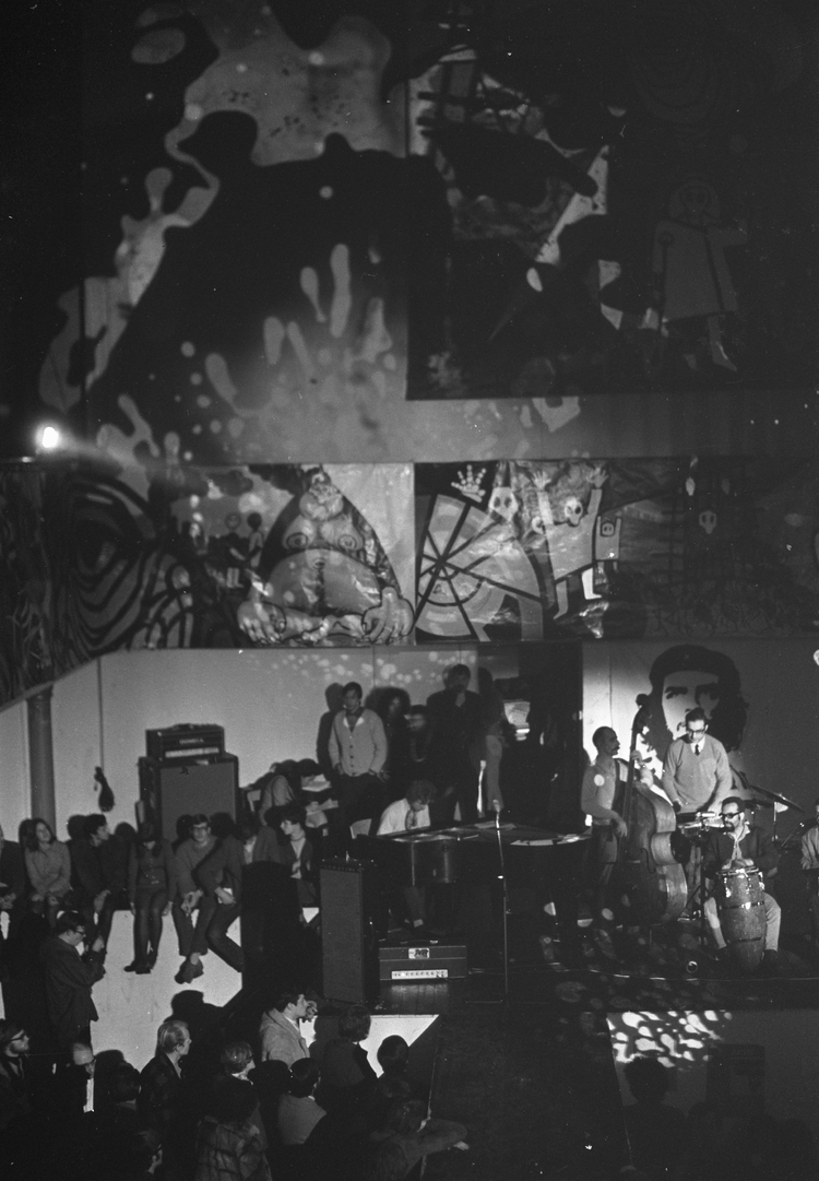 "Anti-Kerstviering in Paradiso met lichtshow, 25 december 1968 Foto Jac de Nijs  Fotocollectie Anefo <br /> <p>    <span style=""""><a href=""http://proxy.handle.net/10648/ab592be0-d0b4-102d-bcf8-003048976d84""><span style=""font-family:Calibri; mso-ascii-theme-font:minor-latin; mso-hansi-theme-font:minor-latin; mso-bidi-font-family:Calibri; mso-bidi-theme-font:minor-latin; "">http://proxy.handle.net/10648/ab592be0-d0b4-102d-bcf8-003048976d84</span></a></span><span style=""font-size:10pt; font-family:Calibri; ""> </span></p>"